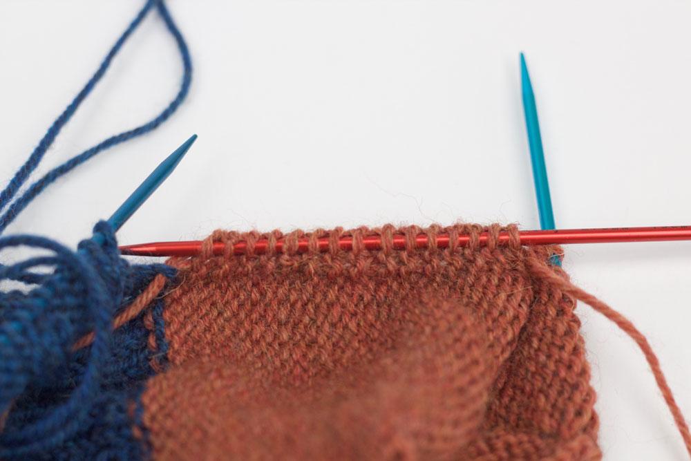ElisSocks - Die Nadel wird durch die Knötchen am Rand der Fersenwand geschoben.