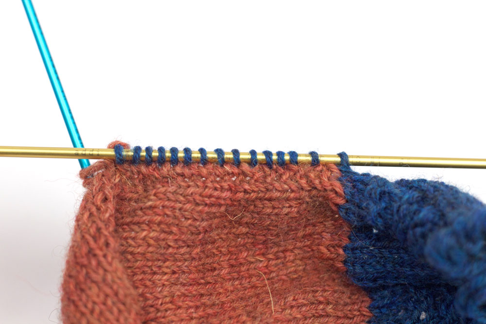 ElisSocks - Maschen aus der anderen Seite der Fersenwand werden gestrickt.