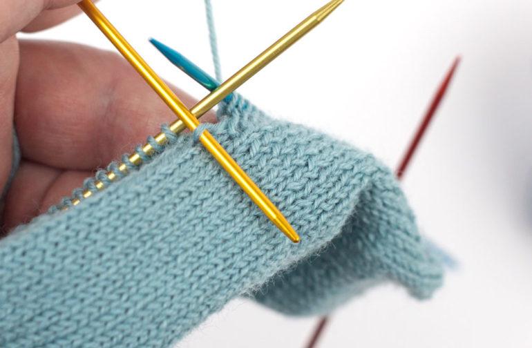 Ferse stricken: Zusätzliche Masche aufnehmen