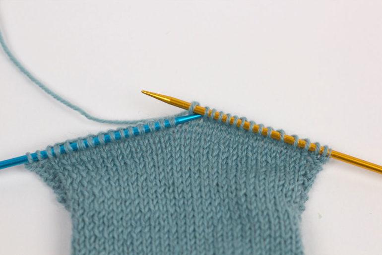 Ferse stricken: Stricke in der Hinreihe bis zur Fersenmitte