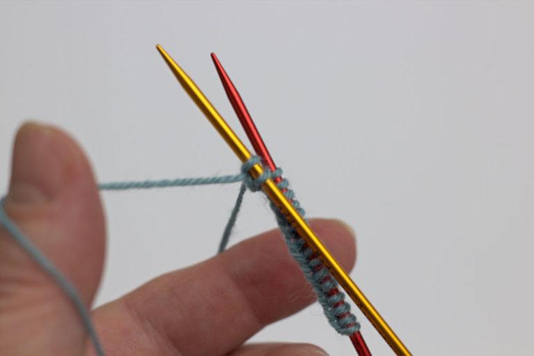 Strümpfe stricken: Die zweite Nadel