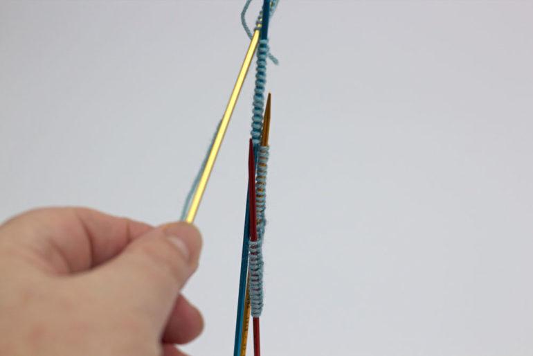 Strümpfe stricken: Es passiert nichts, wenn man die Nadeln hängen lässt.