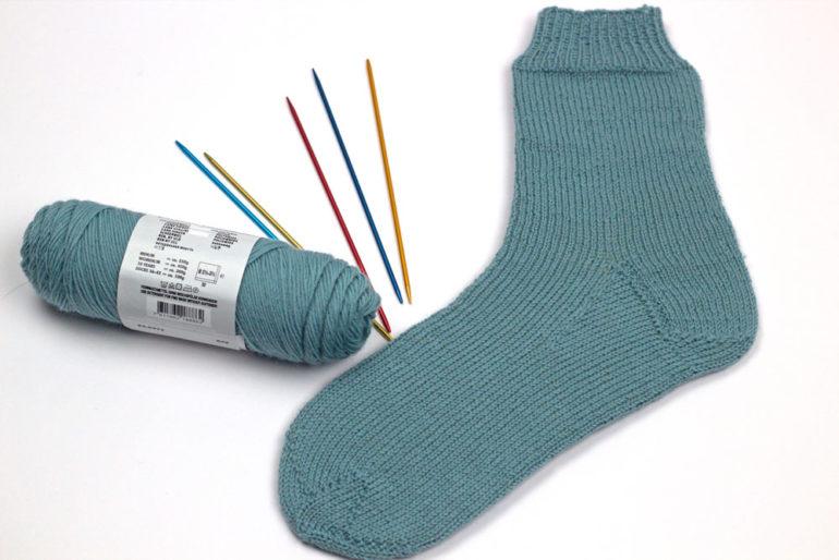 Die erste Socke mit Ferse stricken und Sockenspitze stricken ist fertig.