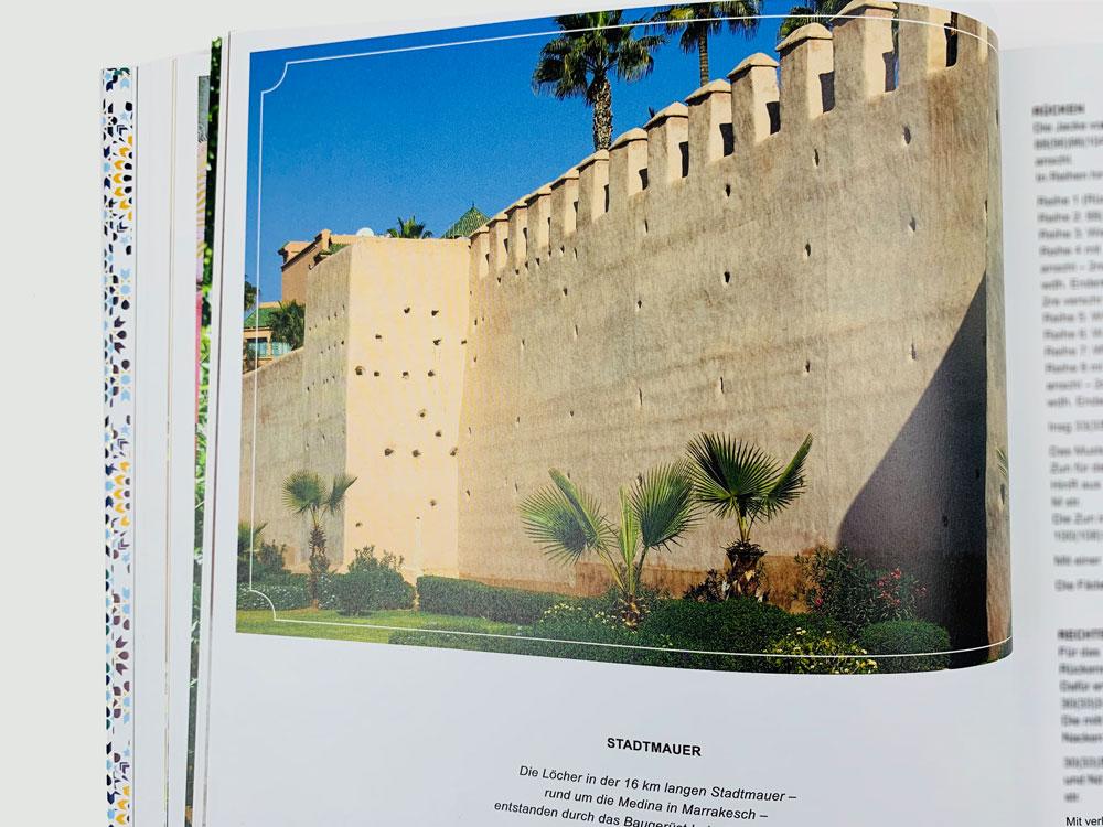 """Die Stadtmauer rund um die Medina weist viele Löcher von einem Baugerüst auf. Sie hat die Designerin zum Lochmuster der Jacke """"Stadtmauer"""" angeregt."""