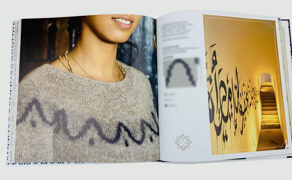 Stricken wie in 1001 Nacht - Die arabische Schrift an der Wand gibt dem Pullover nicht nur den Namen, sonder auch sein Muster.