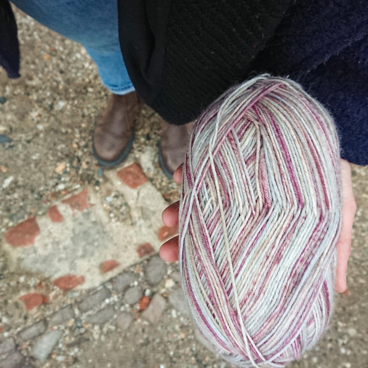 Ein Knäuel Garn zum Socken stricken