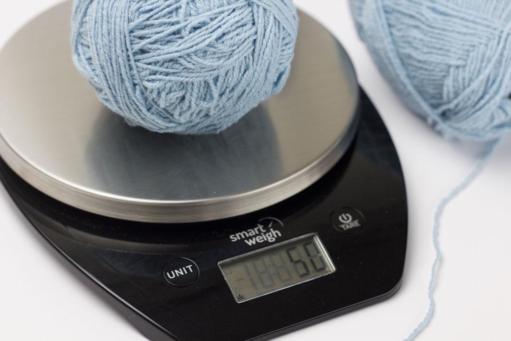 Garn wird in zwei gleich Teile geteilt. So können zwei Socken gleichzeitig gestrickt werden.