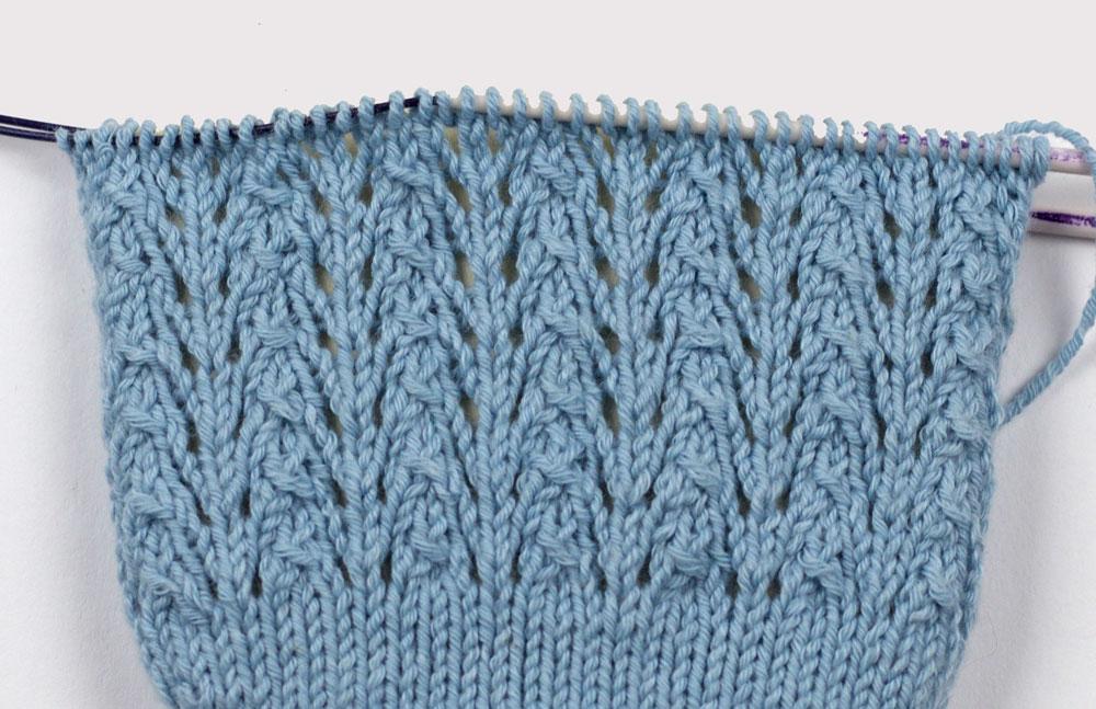 Füßlinge stricken: Das Ajourmuster auf dem Oberfuß