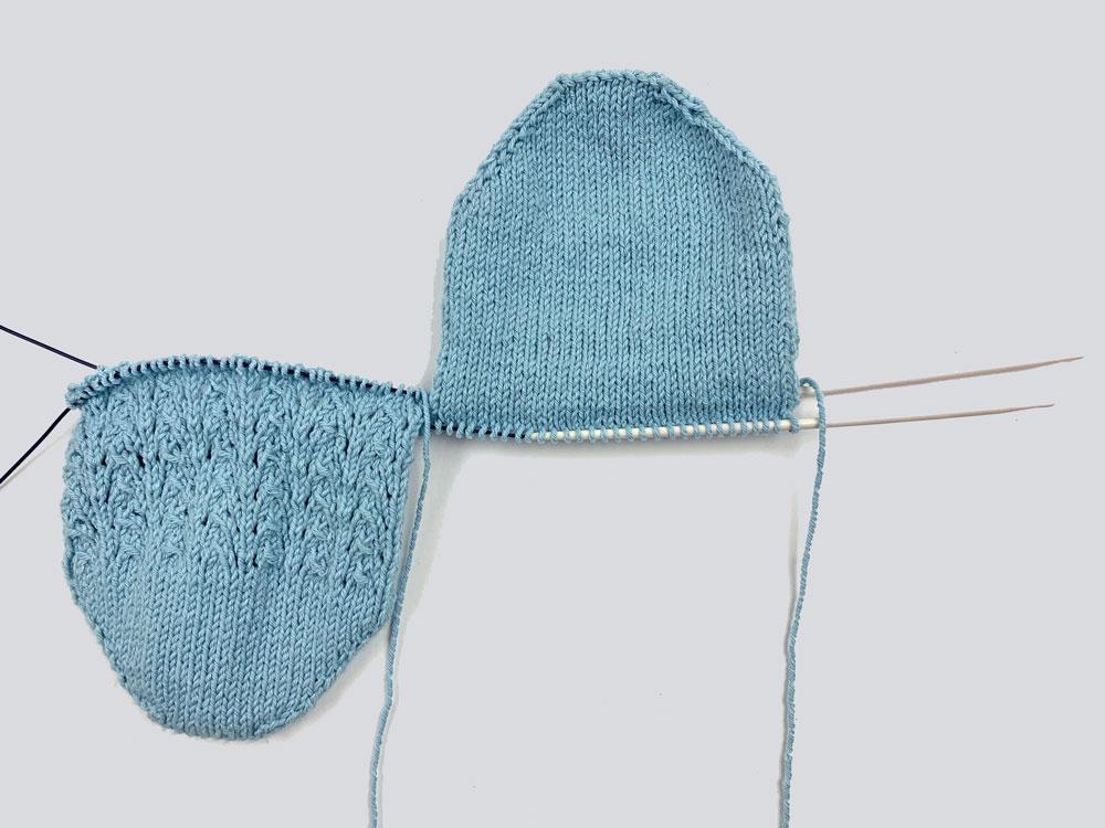 Auf der Fußunterseite wird glatt rechts, auf der Fußoberseite im Muster gearbeitet. Dabei werden zwei Socken gleichzeitig gestrickt.