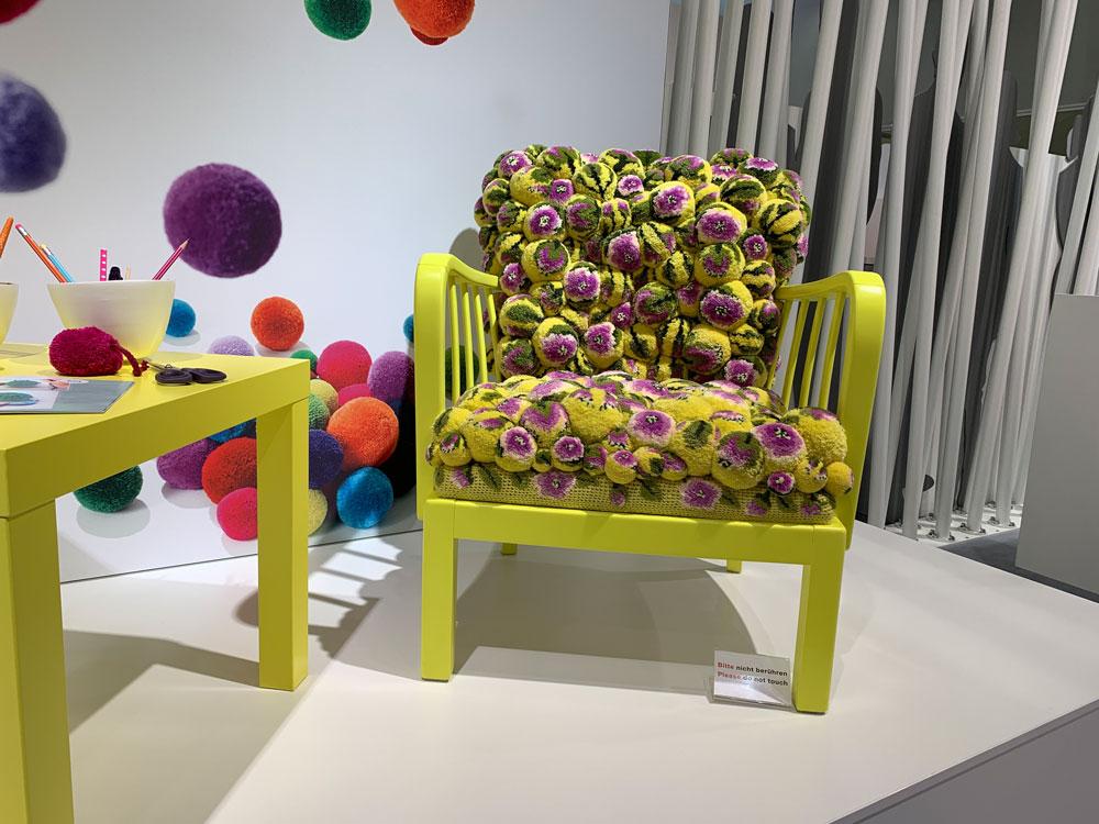Pompons auf der Sitzfläche eines Sessels