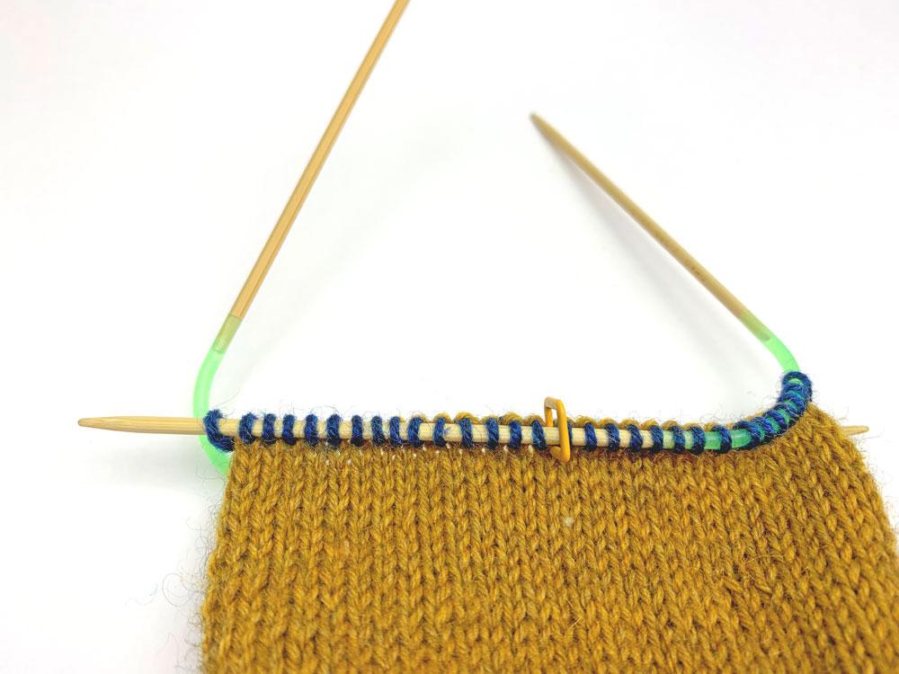 FinnSocks - Beginn der Schleudersternspitze - Zur Aufteilung beim Sockenstricken wird ein Maschenmarkierer bei der Maschenhälfte auf jeder Nadel gesetzt.