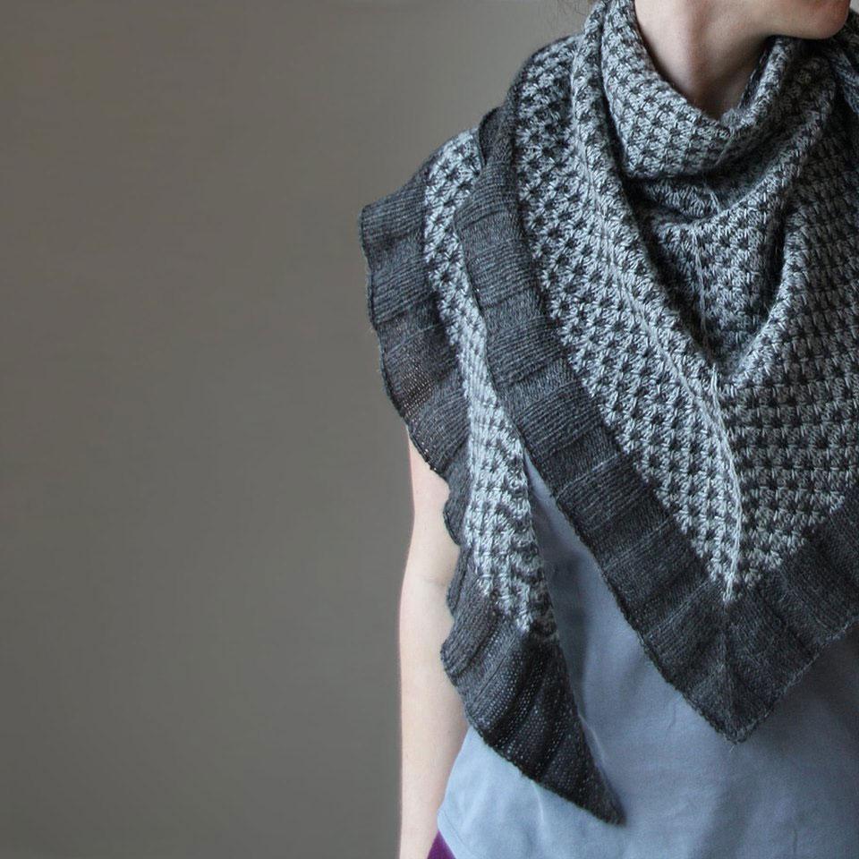 Das Tuch Spark of Grey aus dem Buch Colorwork Shawls - Tücher stricken mit Farbe von Melanie Berg