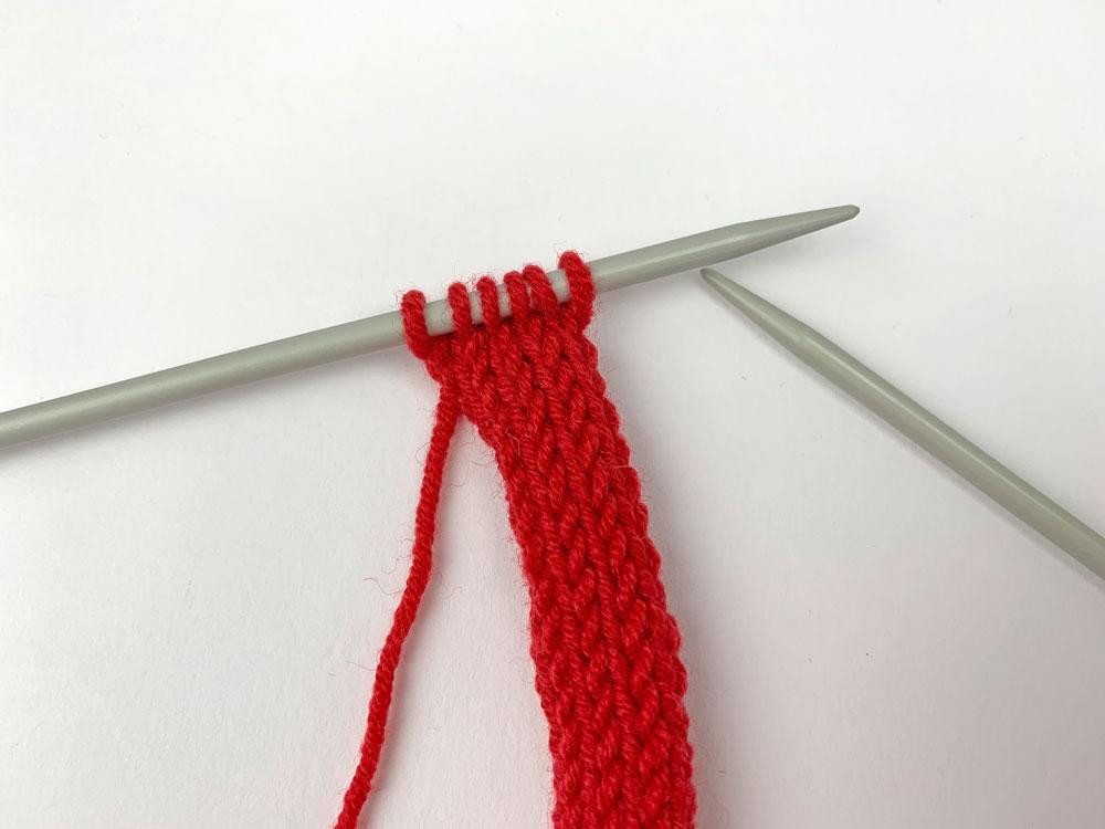 Für das Bändchen wird ein I-Cord aus 6 Maschen gestrickt.