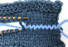 Die entstandenen Maschen mit dem Maschenstich sollten so feste angezogen werden, dass sie die Größe des restlichen Strickbildes haben.
