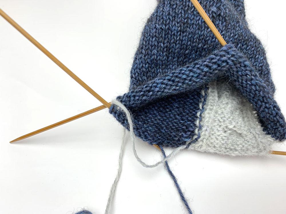 So sieht das Verkreuzen in Hin- und Rückreihen im Inneren der Socken aus.