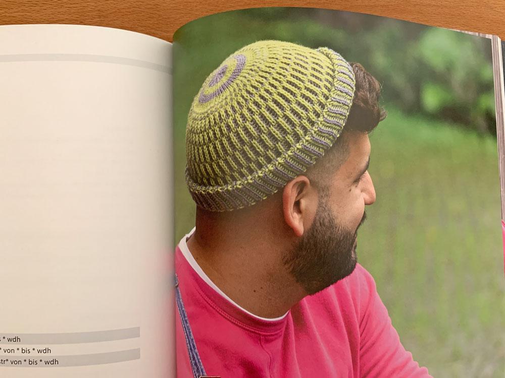Mütze Ebendaneben aus zweifarbigem Patent.