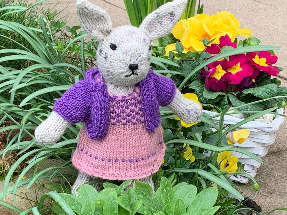 Das Bolerojäckchen passt toll zum Kleid des Hasenmädchens.