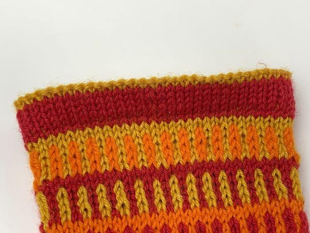 Hier blitzt  bei den JanneSocks, den farbenfrohen Streifensocken, am Bündchen die Farbe der Innenseite nach außen.