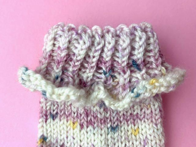 Baby Söckchen stricken - Bündchen mit Rüschenkante