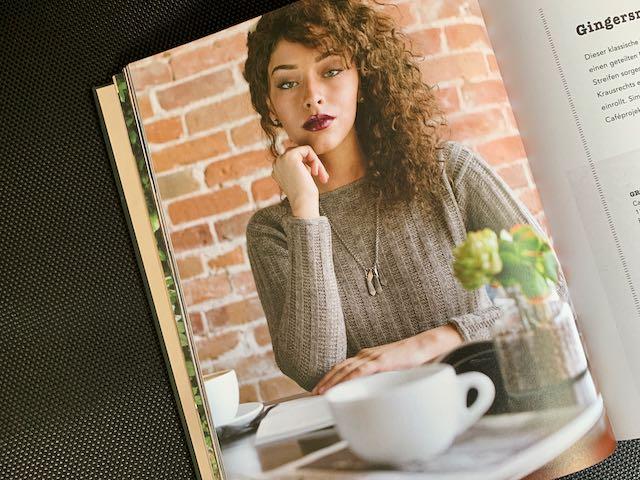 Die vermeindlichen Armstulpen auf dem Cover sind in Wahrheit die Ärmels des Pullovers Gingersnap. Ihn zieren dekorative Strickkordeln als Kante.