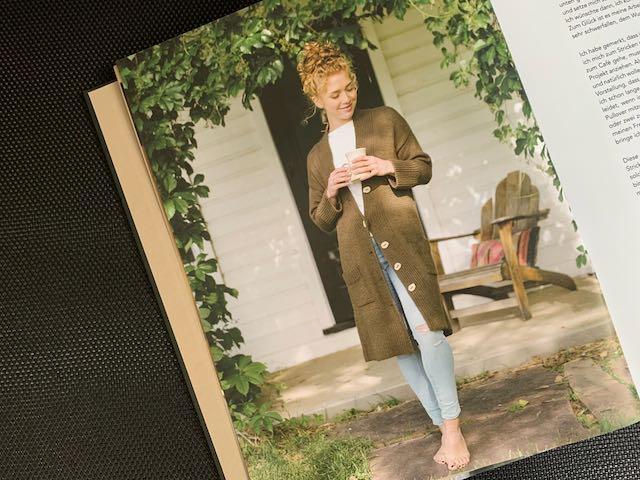 Die kuschelige Jacke Hausröstung aus dem Buch Coffeehouse Knits reicht der ehe kleinen Designerin bis zu den Knien.
