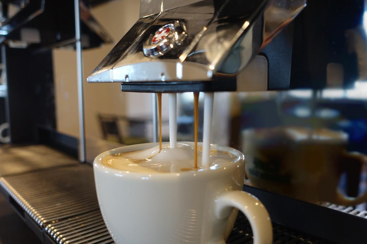 Im Café mit schmackhaftem Cappuccino