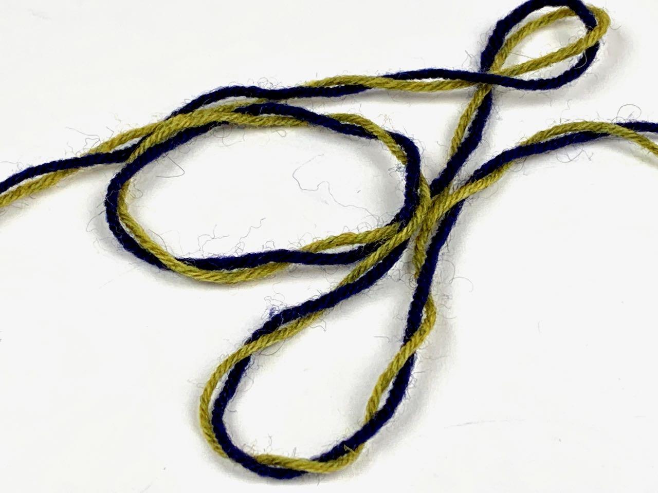 Socken im lettischen Stil - Das Garn verwirrt sich beim Stricken von Teil 1 der lettischen Borte Masche für Masche. In Teil 2 wird andersherum gearbeitet. Dadurch entwirrt sich der Faden.