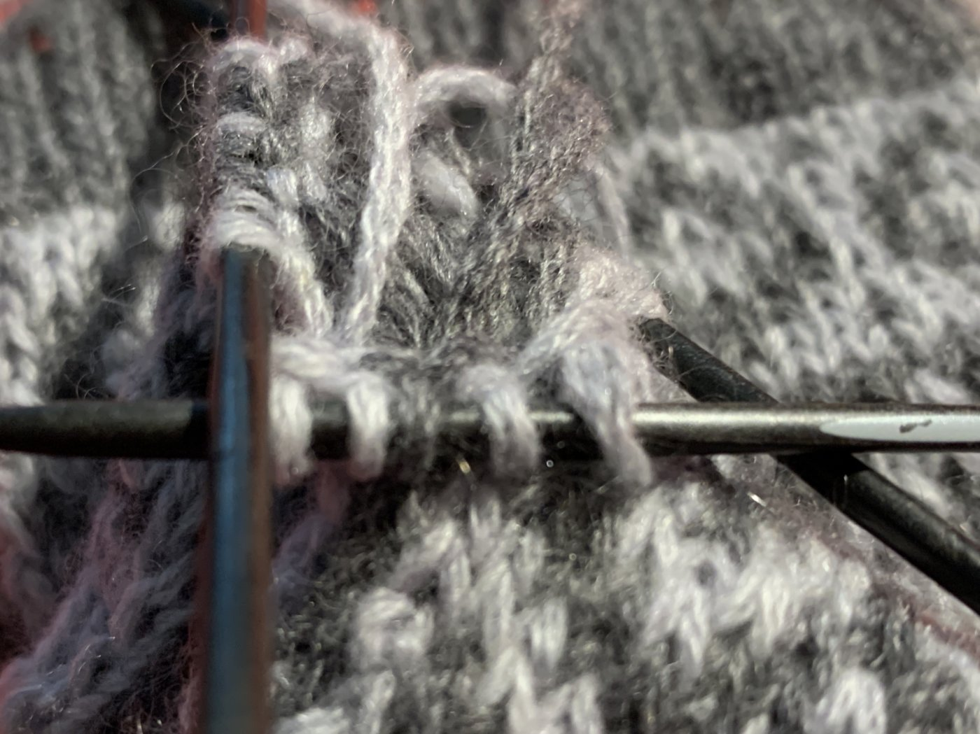 Fäustlinge und Cowl im Jacquardmuster stricken - Am Übergang von Daumen und Fingerteil werden 5 Maschen zugenommen, davon ist die mittlere eine graphitfarbene.