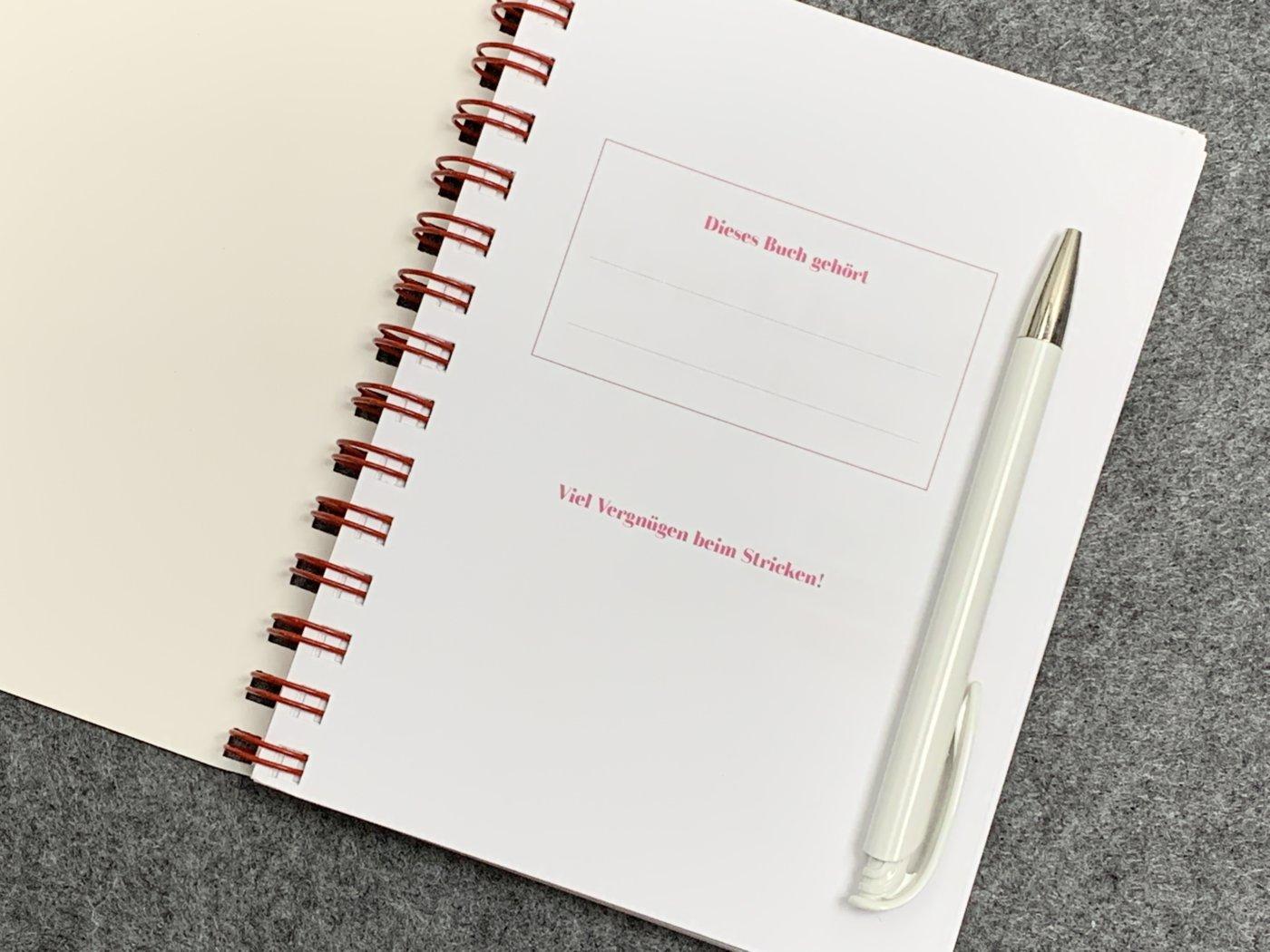 Durch die Spiralbindung bleiben die Seiten im Buch bleiben offen auf dem Tisch liegen. Gleich auf der ersten Innenseite kann man das Buch personalisieren.