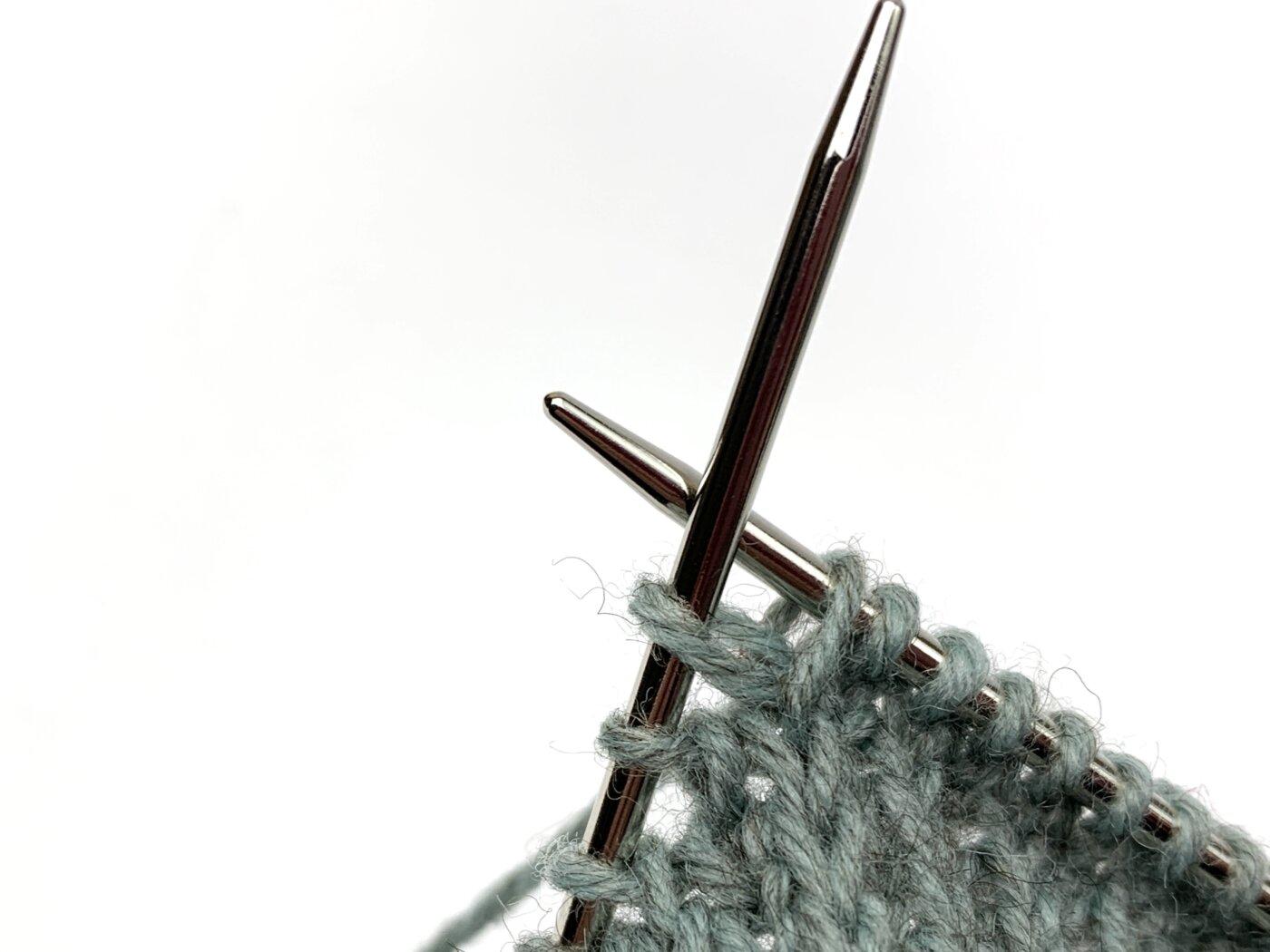 Toe Up Socken stricken - Zur Verdeutlichung habe ich die Maschen zwischen den abgehobenen Maschen auf eine separate Nadel geschoben.