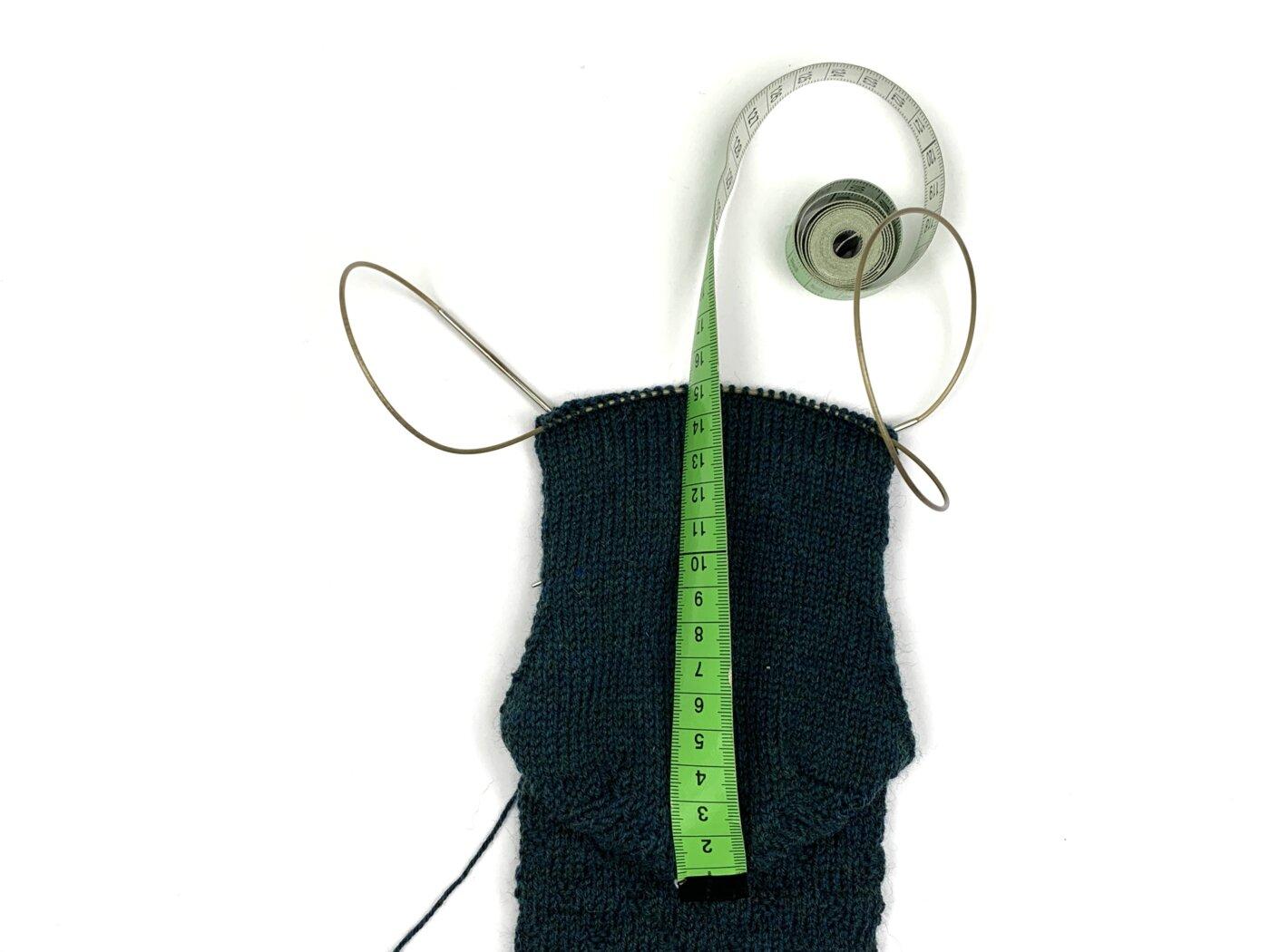 Socken werden mit dem Maßband ausgemessen