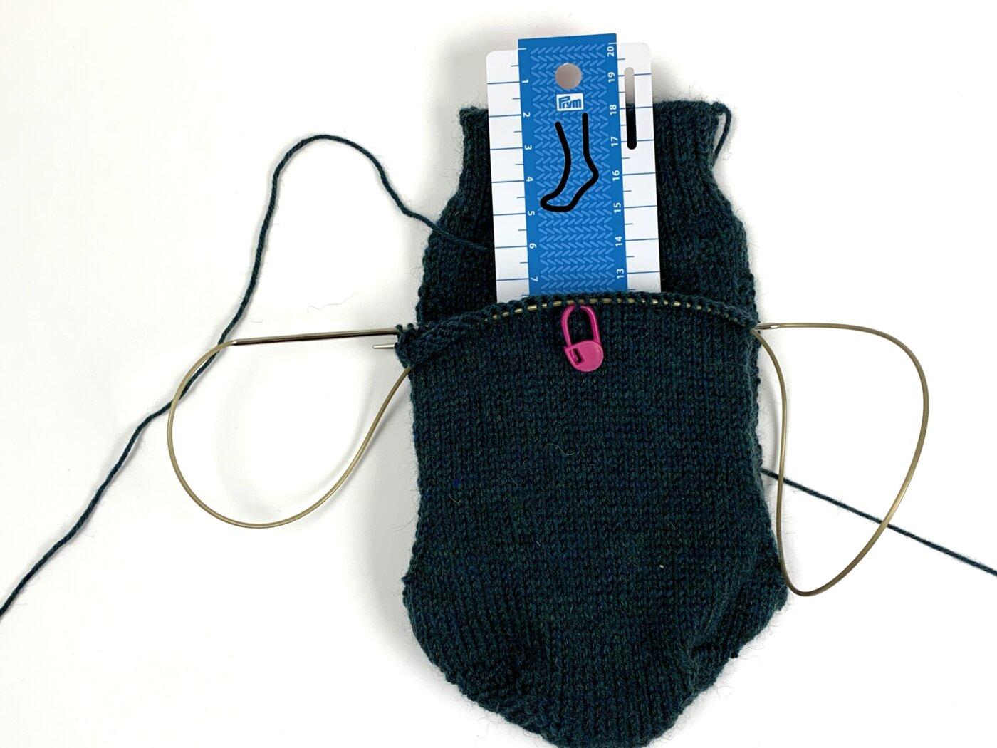 Maschenmarkierer als Hilfemittel zum Stricken größerer Socken