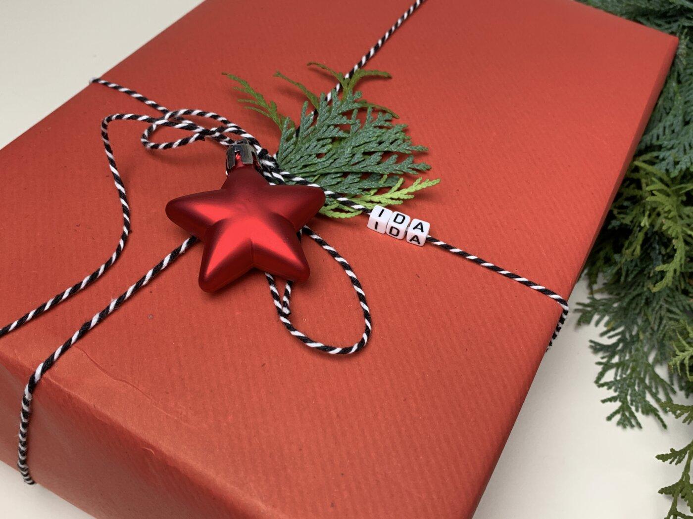 Geschenk verpacken mit Papier