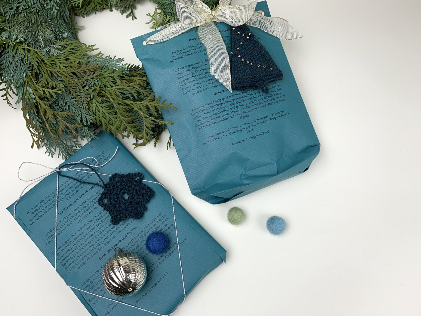Buch und Socken einzeln als Geschenke verpacken