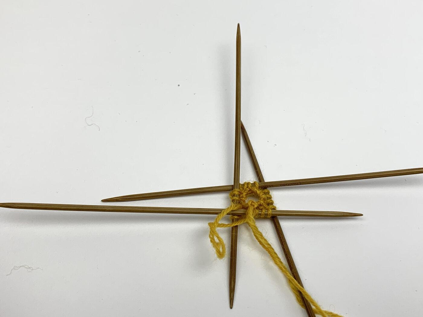 Maschen auf dem Nadelspiel