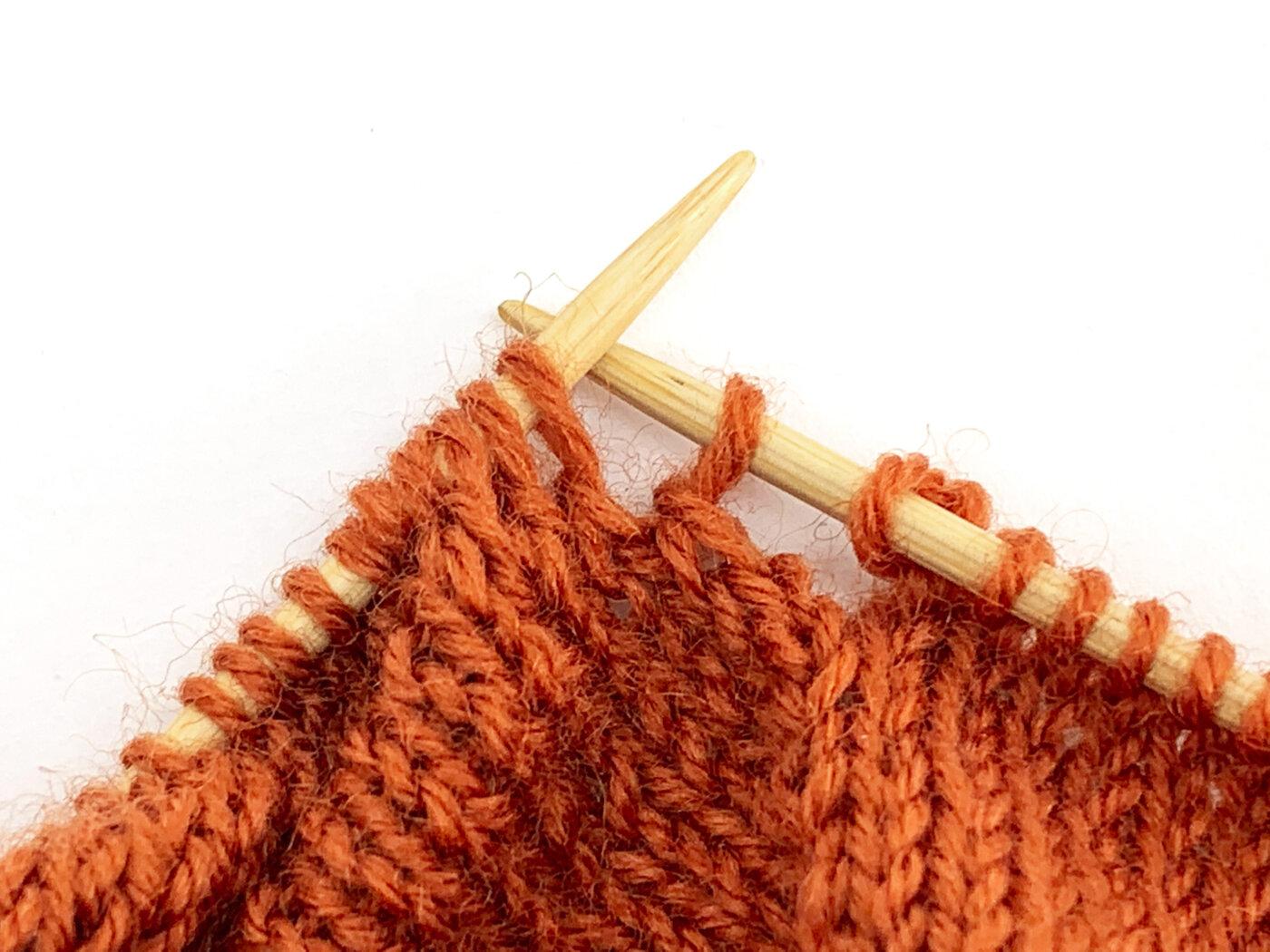 MailaSocks - Die erste abgehobene Masche wird auf die rechte Nadel gehoben.