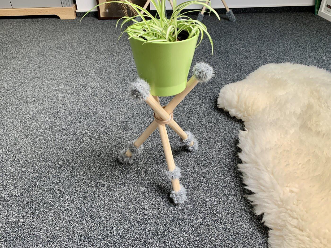 Der kleine Blumenständer mit Fellsöckchen und Stulpen