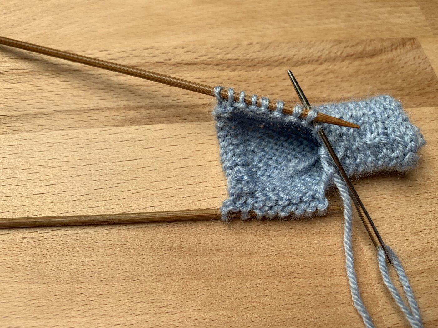 Die beiden Teile werden mit dem Maschenstich zusammengenäht.