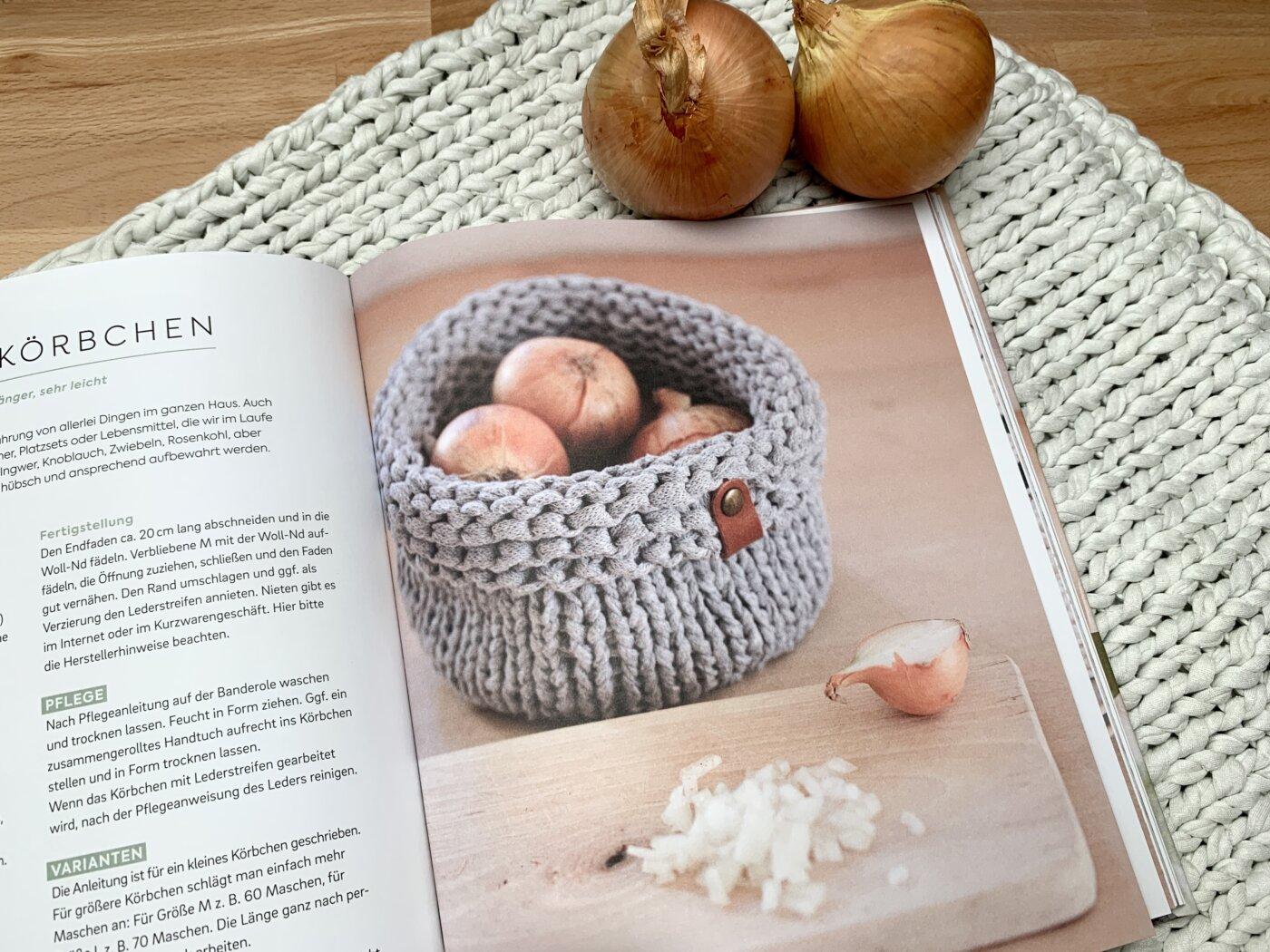 Im gestrickten Küchenkörbchen können unterschiedlichste Dinge aufbewahrt werden.